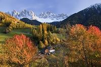 イタリア サンタ・マッダレーナ 雪山と紅葉