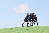 白い旗を持つ女子高生