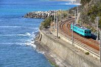 和歌山県 紀勢本線 海辺のカーブを曲がる105系普通電車