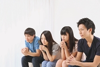部屋で観戦する若者たち