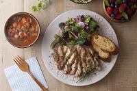 若鶏のソテーとサラダとバゲット