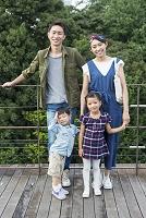 ウッドデッキを散歩する家族