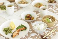 ダイニングテーブルに並んだ和食