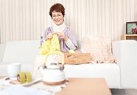 編み物をしている中高年女性