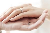 花婿と手を重ねる新婦