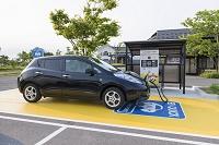 道の駅の充電施設で充電する電気自動車