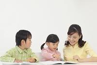 お母さんと勉強する子供