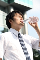 水を飲むビジネスマン