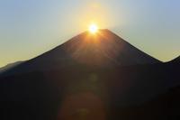 山梨県 年末の上高下より望むの朝日のダイアモンド富士