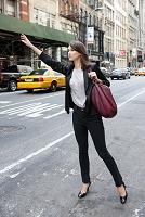 タクシーを止める外国人ビジネスウーマン
