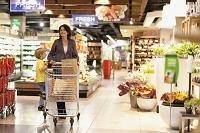 スーパーで買い物をする親子