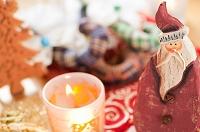 サンタクロースとキャンドルのクリスマスデコレーション