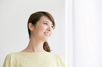 遠くを眺める日本人女性