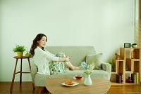 ソファーでくつろぐ日本人性