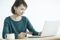 ネットショッピングをする日本人女性