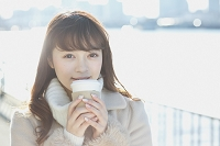 外でコーヒーを飲む日本人女性