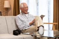 リビングでくつろぐシニアの日本人男性