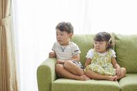 テレビを見る兄妹