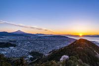 静岡県 静岡市の街並みと富士山 朝景