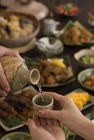 日本酒をお酌する男女の手