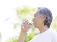 水を飲むシニアの日本人男性
