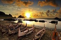 台湾 早朝の海とタオ族のタタラ舟 蘭嶼