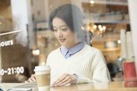 カフェにいる日本人女性