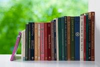 新緑の窓辺に英字の本が並ぶ