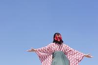 青空と袴の女性