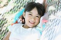 ハンモックでくつろぐ日本人の女の子