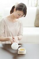 お茶を入れる日本人女性