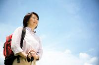 遠くを見ているシニア日本人女性
