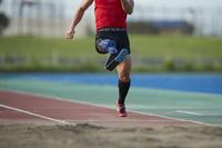 踏み切る義足の走幅跳選手