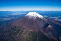 富士山と宝永山 富士山スカイラインより後方甲府盆地