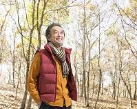 ポケットに手を入れて立つ中高年日本人男性