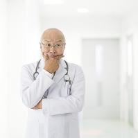 頬杖をつく医者