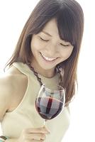 ワインを手にパーティーを楽しむ若い日本人女性