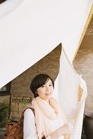 暖簾をくぐる女性