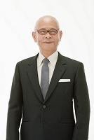 ジャケットを着たシニアの日本人男性(合成)
