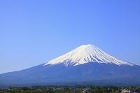 山梨県 河口湖畔から見る残雪の富士山