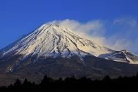 静岡県 朝日を受ける厳冬の富士山と宝永火口