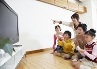 テレビゲームで遊ぶ日本人の三世代家族