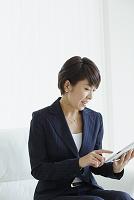タブレットを操作する日本人ビジネスウーマン