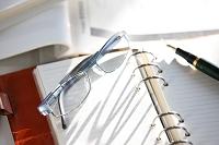 手帳とメガネと万年筆