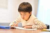 勉強する日本人の男の子