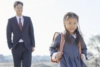 小学校の入学式に向かう日本人家族