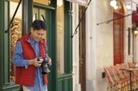 趣味のカメラを楽しむ中年男性