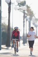 サイクリングとジョギングする日本人女性