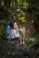 日本人の女の子と柴犬