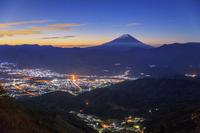 山梨県 櫛形山林道より甲府盆地と富士山と星空と朝焼け